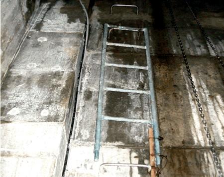 雨水貯留槽錆びている梯子