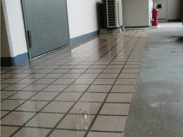 玄関の内部に雨水が入ってくる