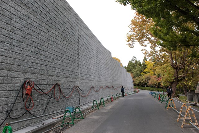 不気味な擁壁